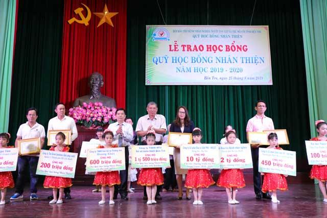 Văn Phú - Invest mở rộng hành trình thiện nguyện tại Bến Tre
